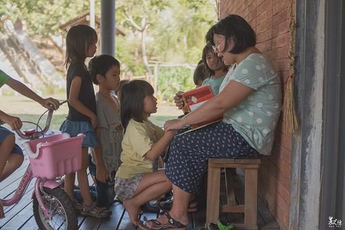 一位媽媽正翻著繪本,說著動人的故事給小朋友們聽,只見他們聽的津津有味的,我便湊到一旁偷聽,一聽錯愕了一下,因為內容是在敘述如何做環保,這觀念很好,但對小朋友們來說我以為會很枯燥,沒想到他們卻聽的入神,頓時覺得自己非常羞愧。
