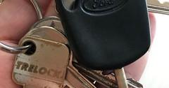 """Der Schlüsselbund. An meinem Schlüsselbund hängt der Autoschlüssel, der Hausschlüssel und der Fahrradschlüssel. • <a style=""""font-size:0.8em;"""" href=""""http://www.flickr.com/photos/42554185@N00/36971246343/"""" target=""""_blank"""">View on Flickr</a>"""