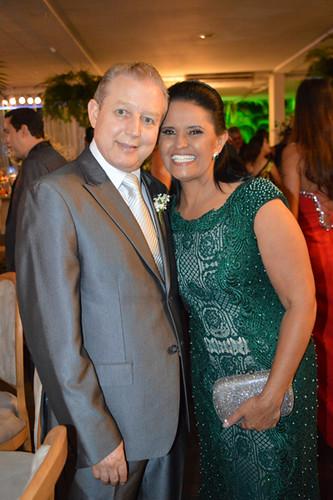 Alegria dos pais da noiva, José Maria Facundes e Penha, ela em noite de elegância