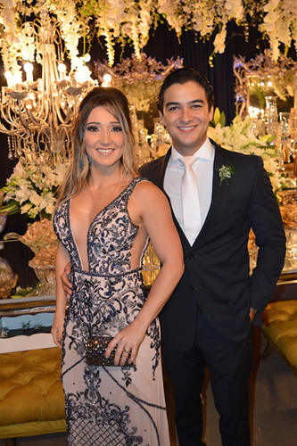 Mariana Torres, irmã do noivo, com o marido, Henrique Mendes