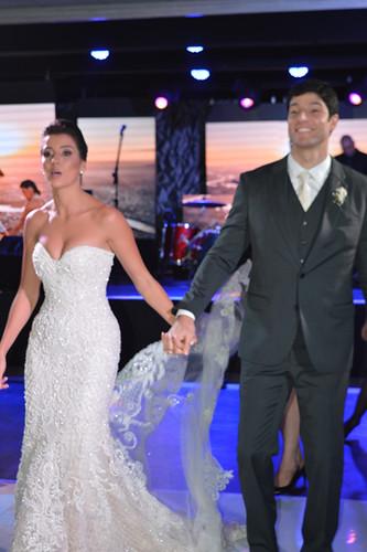 Alegria dos noivos chegando à recepção6