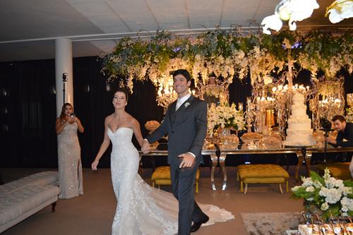 Alegria dos noivos chegando à recepção3