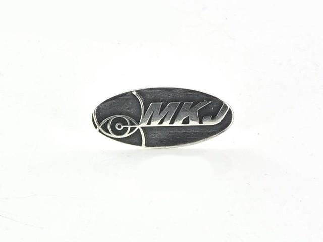 pins srebro i oksyda, obniżone tło, litery polerowane