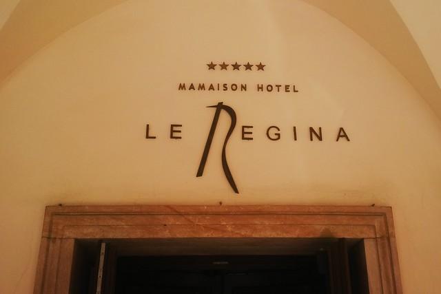 logo z mosiądzu nad wejściem do  hotelu