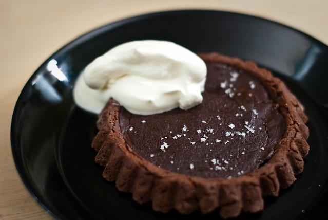 Zalig zout: een paar korreltjes op deze chocolade karameltaartjes.
