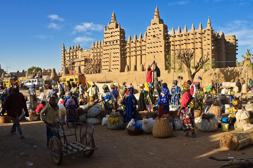 Markt in Djenné vor der Moschee