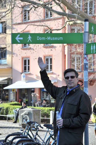Dom showing the way to the Dom Museum