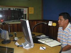 Roberto Carlos Hurtado, conduciendo su programa en Radio Santa Cruz