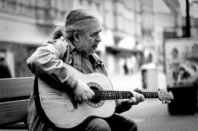 Utcazenész - Street musician por Robert Haab