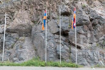 De grens met de vlaggen van beide 'landen'.