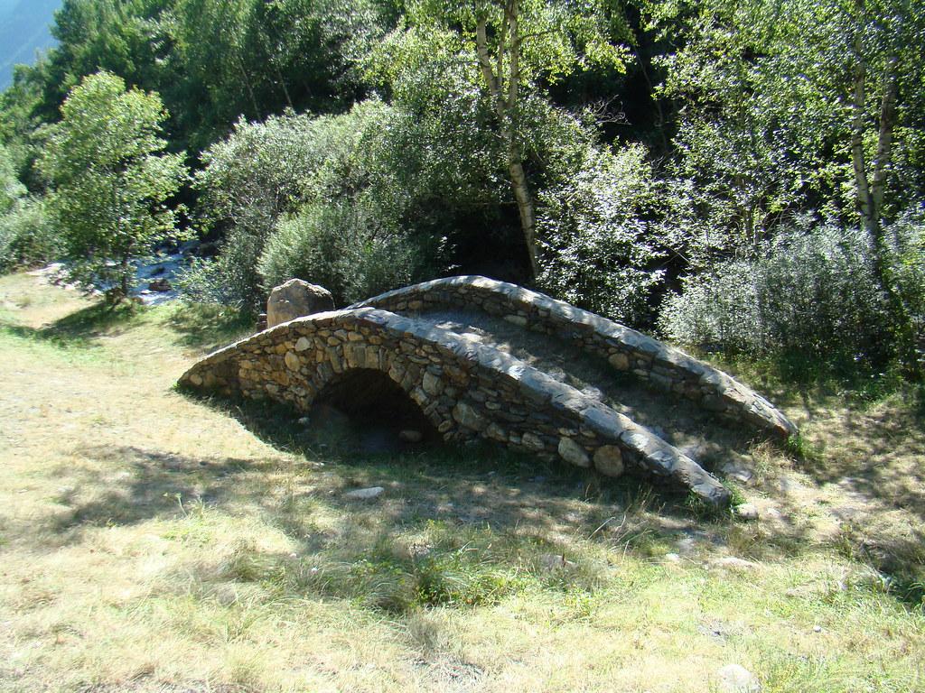 Camino de los Arrieros Ruta de Hierro puente y escultura Los hombres de Hierro Endless de Mark Brusse dos hombres empujando una roca Andorra 07