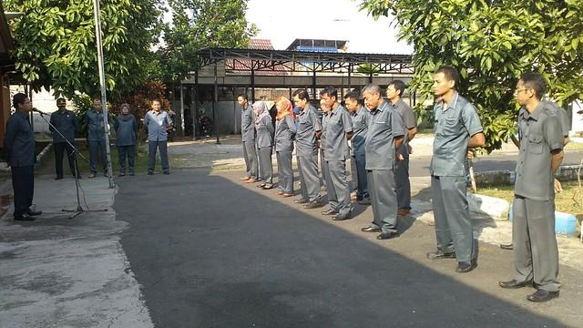 Suprihno, saat memimpin apel pagi KPU Tulungagung pasca libur lebaran (3/7)