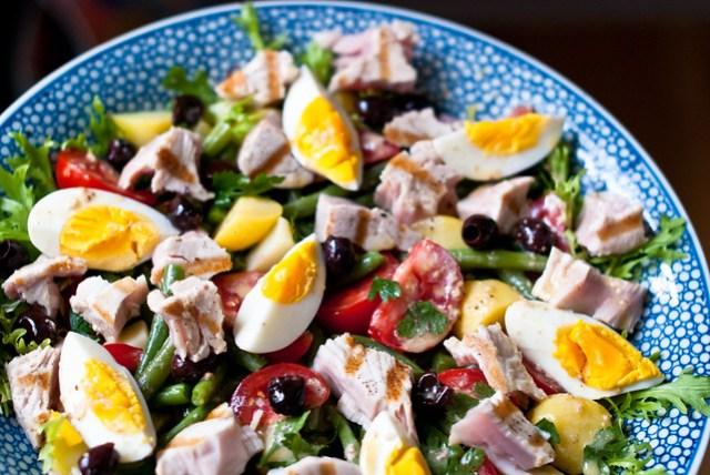 Schaal vol met Salade Niçoise met verse, gegrilde albacore tonijn