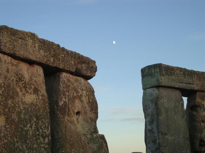 La luna, compartiendo cielo con el sol, en el día más largo del año Stonehenge Stonehenge, el mágico día del Solsticio 5065766034 1b094870ab o