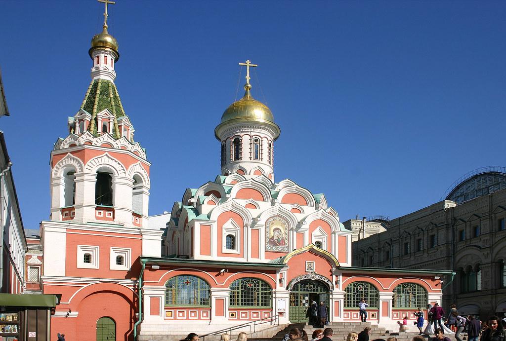 Église orthodoxe russe rose à coupoles vertes, Moscou