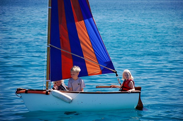 kids sailboat dinghy sailing