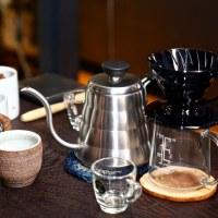 推薦給手沖咖啡初心者的最佳入門選擇!HARIO 小雲朵不鏽鋼手沖壺 + HARIO V60 透明黑咖啡濾杯|高濃度低萃取手沖技法示範:丸角後院|手沖咖啡器具推薦