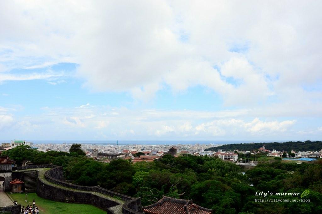 圖說:從首里城上拍出去的景象,可以看到遠方的海。