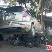Hà Tĩnh: Đạp nhầm chân phanh, ô tô cuốn 11 xe máy vào gầm