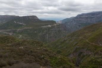 Het uitzicht over de vallei, waar de Vorotan rivier door stroomt,  vanaf het klooster.