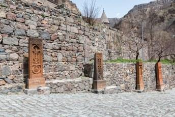 Bij elke kerk en klooster in Armenië staan dit soort stenen voor de deur. Khachars genaamd.