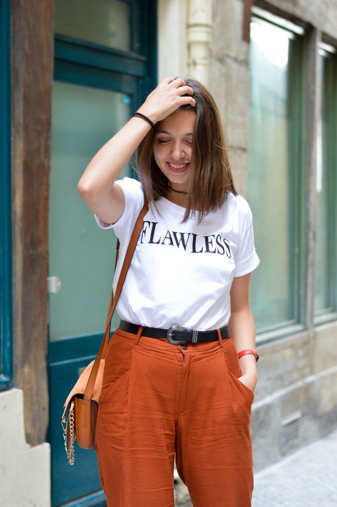 T shirt blanc a message blanc pantalon carotte