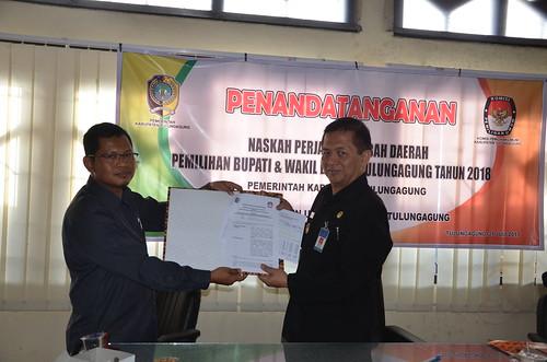 Suprihno dan Rudy Christanto menunjukkan NPHD pilkada yang telah ditandatangani.(31/7)