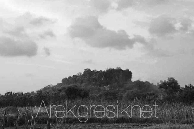 Bukit Surowiti letaknya tidak jauh dari desa Serah (foto ini diambil dari desa Serah) copy