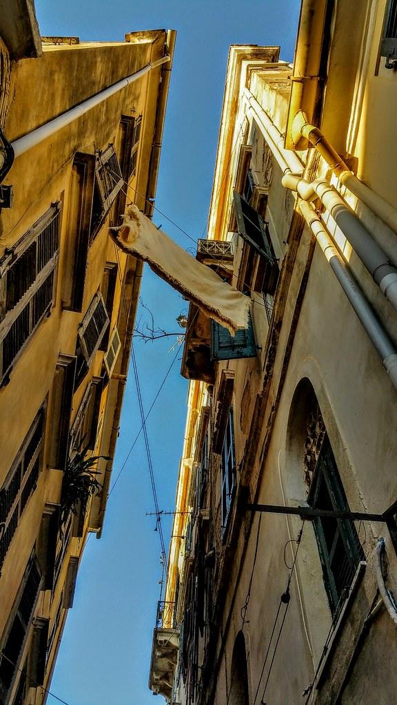 Linge pendant aux fenêtres dans la ville de Corfou