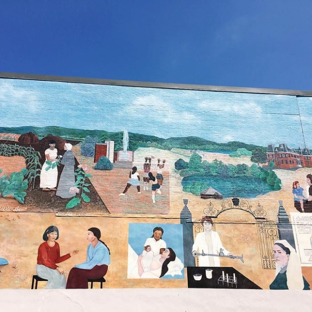 Good morning all! This is my last morning in Northampton, so let me share this beautiful mural of the women of Northampton with you. If you follow my InstaStories, you might have seen the video of the whole length of it yesterday. So lovely!