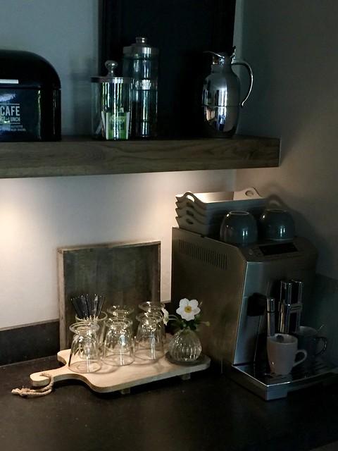 Espresso apparaat kopjes plank