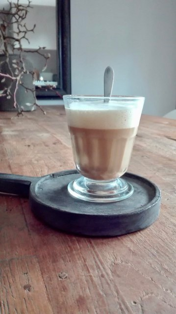 Koffie op dienblaadje