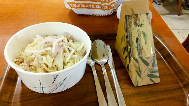 Coleslaw y bocata de hummus con espinacas en pan integral del Ecocentro