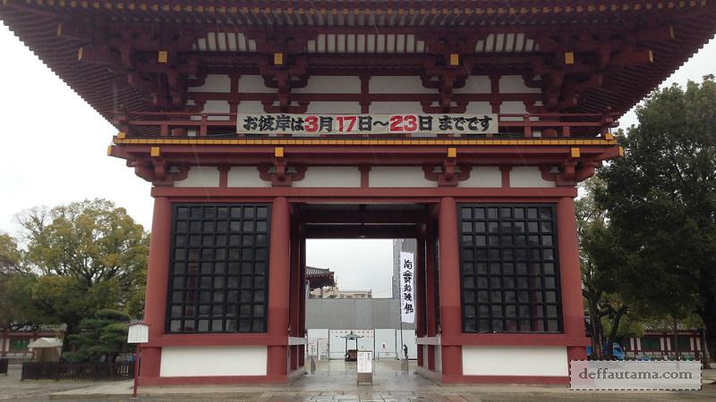 2 Hari Keliling Osaka - Shitennoji Temple Gate