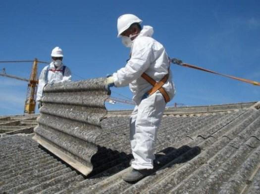 Homens manipulam telha de amianto - Créditos: Reprodução/ CNTU