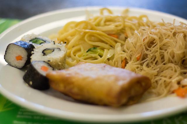 Sushi, rollitos de primavera y fideos chinos en el Shi-Shang