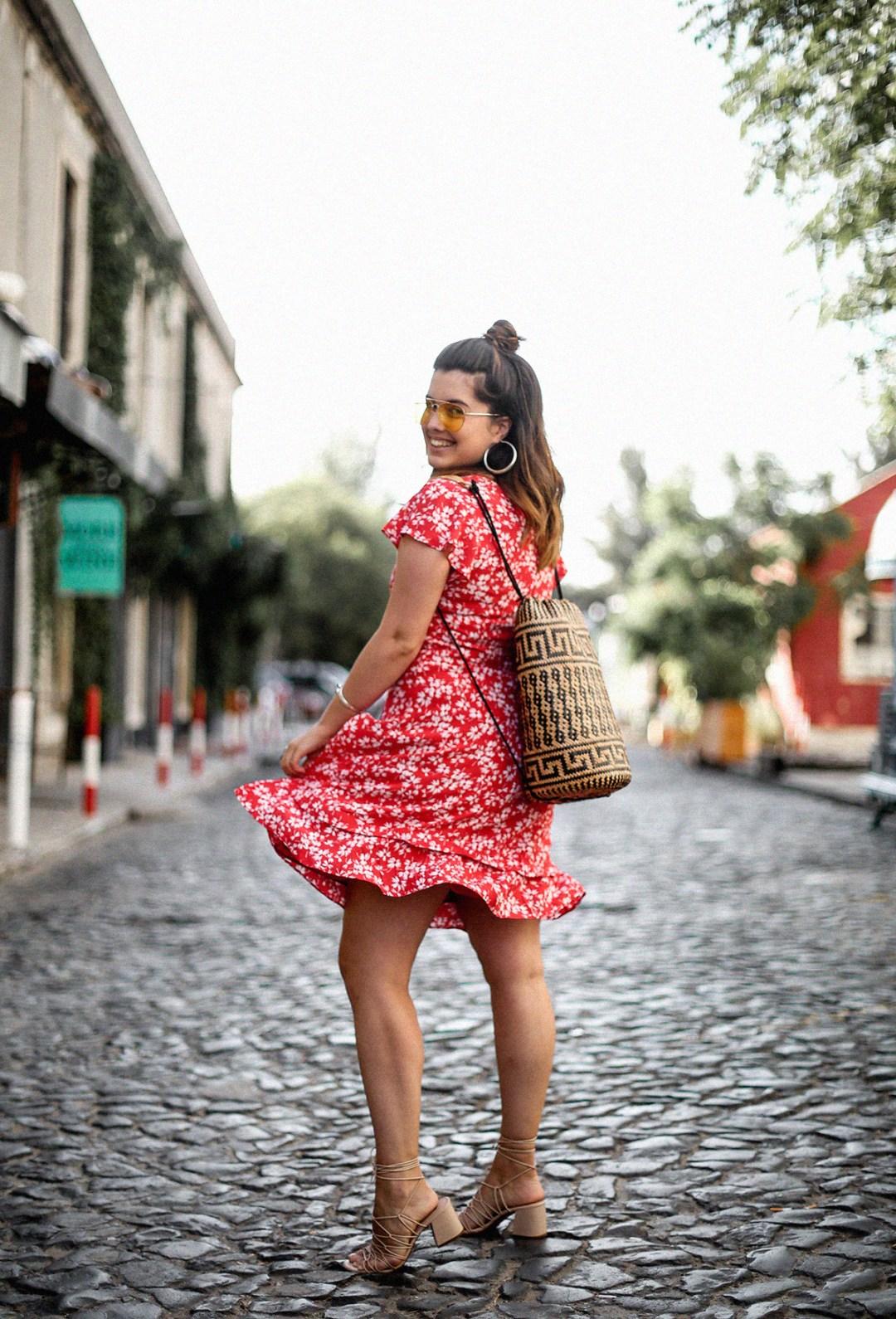 vestido-rojo-volantes-sandalias-lazos-mochila-ratan-travel-lx-factory-lisbon2
