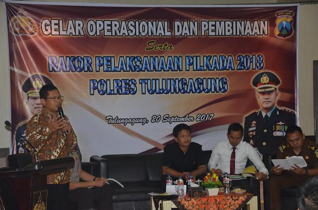 Suprihno saat menjadi narasumber dalam Rakor Penyelenggaraan Pilkada 2018 yang di gelar Polres Tulungagung (20/9)
