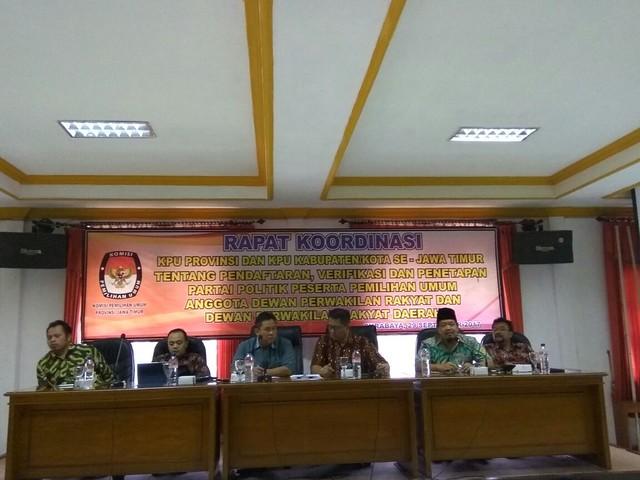 KPU Tulungagung mengikuti pelatihan sipol di KPU Propinsi Jatim Jalan Tenggilis Kota Surabaya pada Jum'at (29/9)