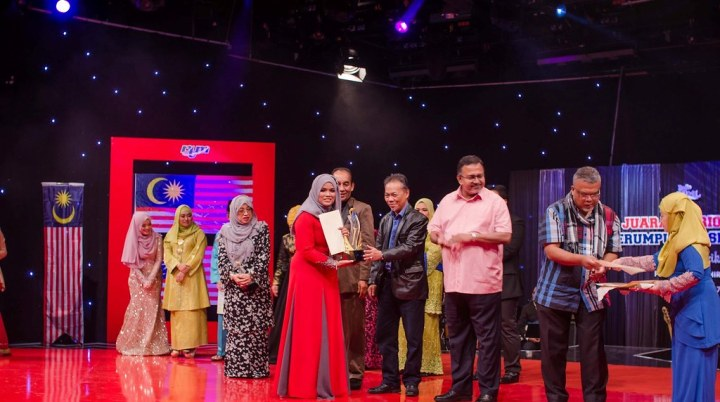 Juara... Siti Aishah Ramli menerima trofi kemenangan