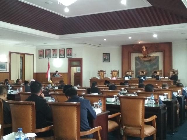 Bupati Syahri Mulyo menyampaikan RAPBD 2018 di DPRD Tulungagung. Dalam rapat itu KPU Tulungagung ikut hadir (29/9)