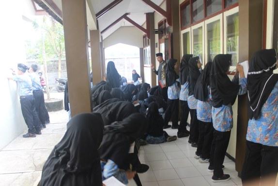 Para siswa tengah menganalis ruangan