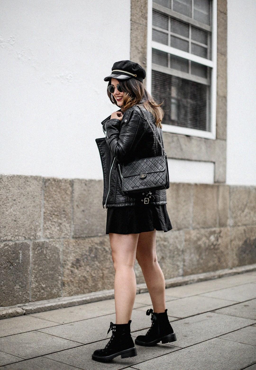 vestido-negro-casual-botines-militares-como-combinarlo