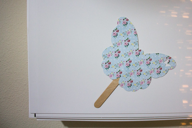 Abanico de papel decorando un zapatero de Ikea
