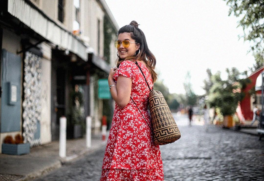 vestido-rojo-volantes-sandalias-lazos-mochila-ratan-travel-lx-factory-lisbon3
