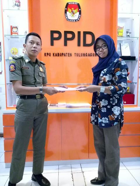 Anggota Linmas Satuan Polisi Pamong Praja (Satpol PP) mengunjungi kantor KPU Tulungagung untuk meminta Jumalah Tempat Pemungutan Suara (TPS) dalam Pilkada Tulungagung Tahun 2018 (27/9)