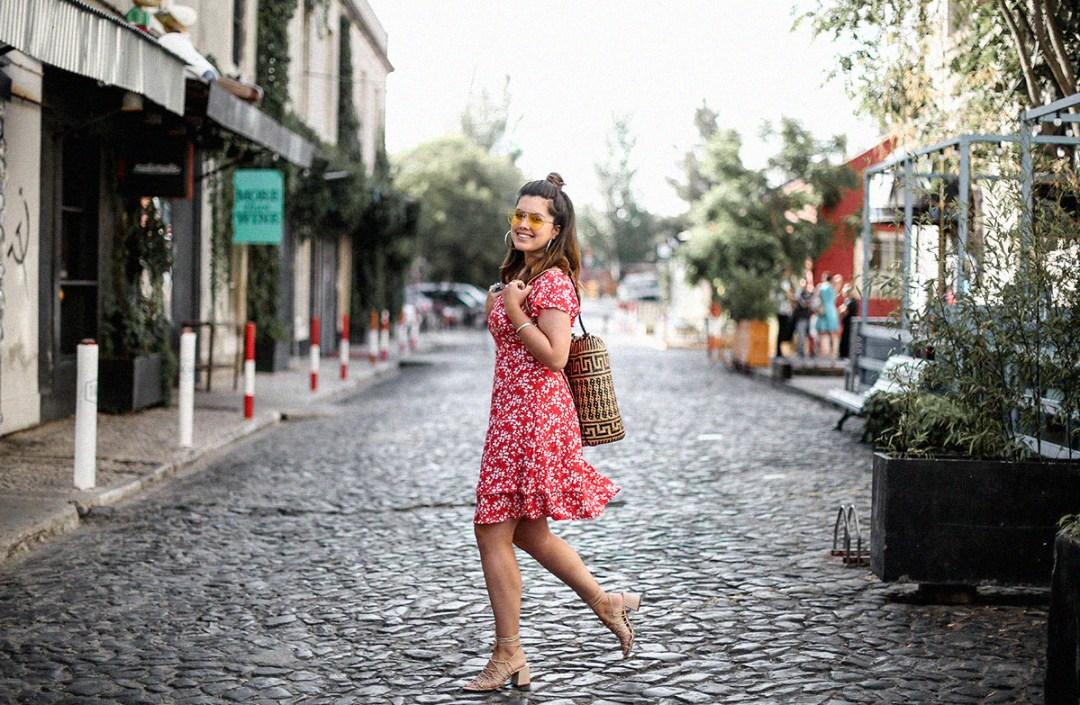 vestido-rojo-volantes-sandalias-lazos-mochila-ratan-travel-lx-factory-lisbon10