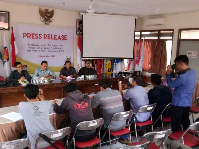 Suasana Press Release Penetapan Jumlah Dukungan bagi Calon Perseorangan Pilkada 2018 di Media Center KPU Tuluangagung (11/9)