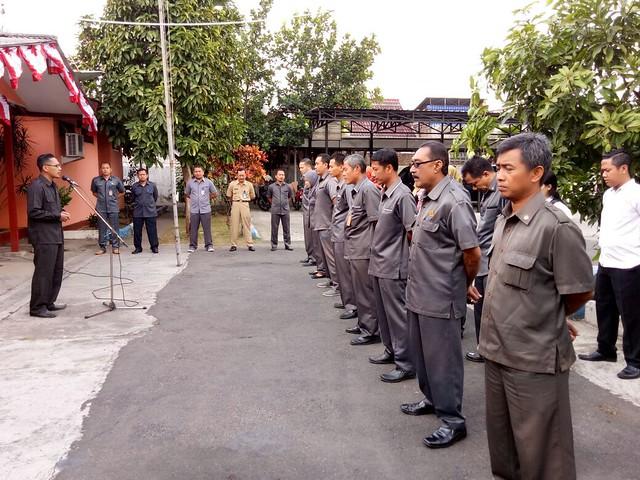 Fatah Masrun ketika menjadi pemimpin apel pagi KPU Tulungagung (11/9)