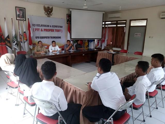 Suasana pengarahan tenaga pendukung dan administrasi Pilkada 2018 KPU Tulungagung di Media Center. (4/9)